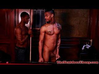 Africano gay hunk perfurado na mesa de bilhar