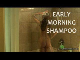 busty longhair blonde milf shampooing no chuveiro