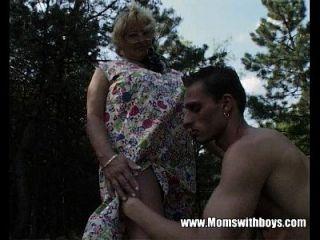 excêntrica avó foda um jovem rapaz na floresta