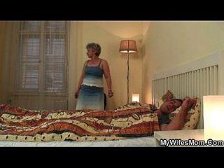 filha escandalizada encontra sua velha mãe andando em seu pau