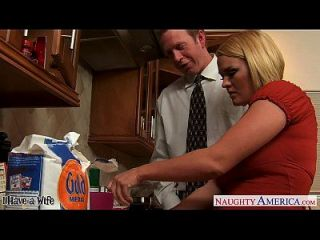esposa chester krissy lynn slurping cum na cozinha