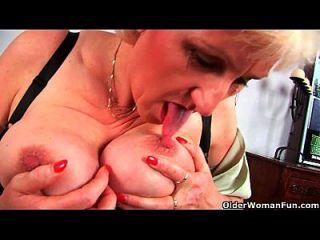 granny anna com o dedo de seus grandes lábios foda sua doce amadurecida