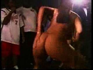 safada tira roupa no baile funk