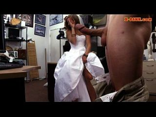 noiva para ser peão seu vestido de casamento e pregado pelo peão homem