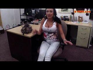 booby latina vende seus celulares e fodida na casa de penhores