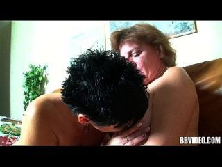 duas putas alemãs maduras que compartilham galo em trio