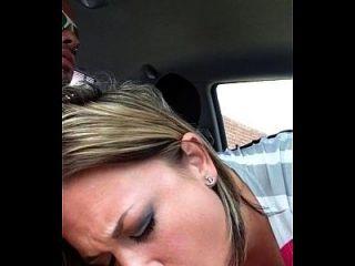 namorada fazendo boquete no carro