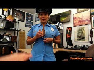 esta mulher da polícia latina tem dois peitos e bunda