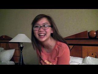 dedos bonitos da namorada asiática e busty nos óculos