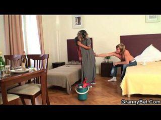 a dama de limpeza tira seu galo de dor de trás