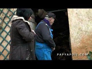 papy baise une bonne milf avec un pote et ejacule sur ses gros seins
