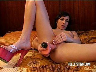 Petite adolescente europeu recebe seu apertado e pussy molhado
