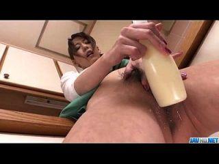 Akari asagiri libera seu vag com brinquedos enormes
