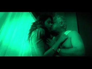 Babe indiano quente seduz o velho