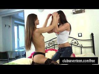 lésbicas adolescentes jogam com um vibrador