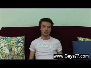 o gay gay daniel tirou a camiseta, revelando o seu pálido, mas tonificado