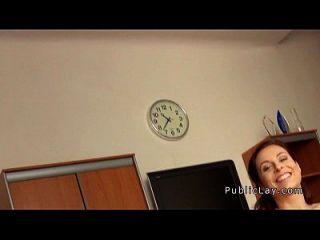ruiva busty do público bateu em um escritório