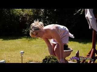 Salpicos exibicionistas e loiros topless pelo seu trailer Bushh para vídeo de 4k