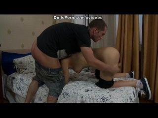 pegar gatinho adolescente trabalhando com brinquedo sexual e pistão real