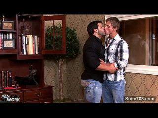 o gay pesado obtém o burro fodido no escritório
