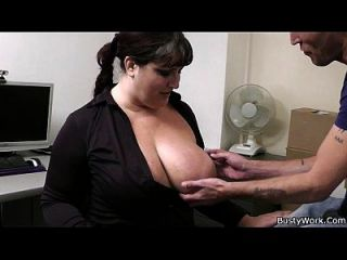 sexo de escritório com chefe e secretário busty