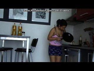 Casal nua fazendo sexo na cozinha e atingindo o orgasmo
