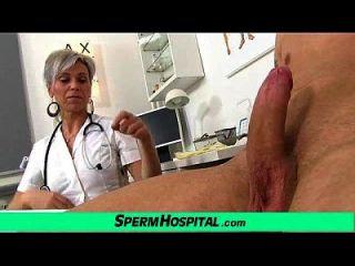 milho sexy e sexy milking beijando jovem paciente do sexo masculino