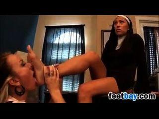 a freira com um estudante ruim se diverte com os pés