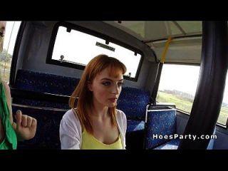 putas amadoras compartilhando galo no ônibus público