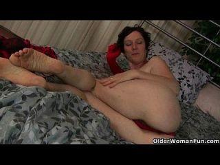 mãe madura trabalha sua coceia peluda