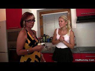 Cena de lésbicas maduras e adolescentes na cozinha