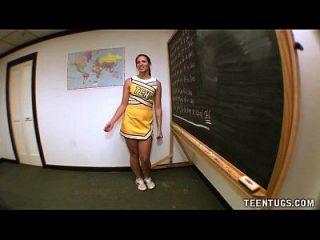 estudante adolescente sacode sua professora