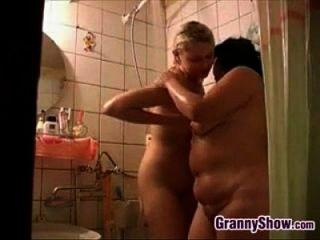 avó e uma garota linda no chuveiro