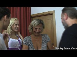 Loira tcheca envolvida em trio familiar