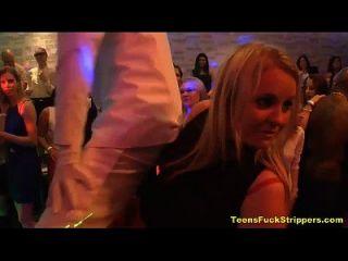 adolescentes excitados sopram e strippers na festa cfnm