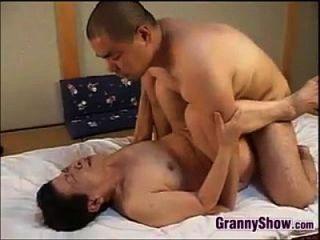 Avó japonesa dando uma grande boquete