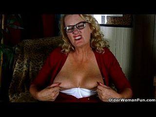 American Granny Dalbin trabalha com seu pussy encharcado