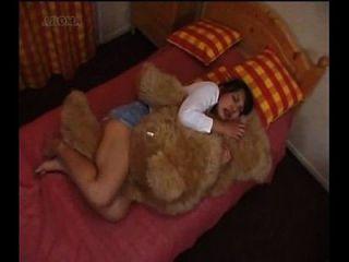 menina japonesa humping um ursinho de pelúcia
