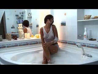 Adolescente russo lindo tem orgasmo incrível na banheira