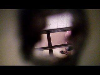 espiando um vizinho no banheiro