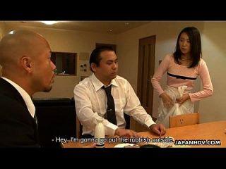 empregada asiática sugando-o na frente de seu cliente