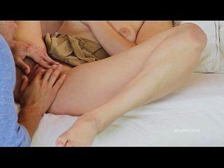 Deepthroats da namorada quente, então, eleva o galo duro