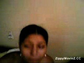 Malini adolescente que mostra seus melões intocados