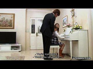piano tocando adolescente para chupar sua flauta de couro
