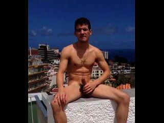 macho pelado na piscina