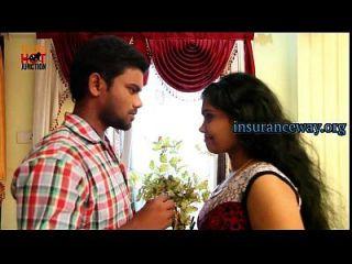 Casal de dona-de-casa indiano com motorista de carro