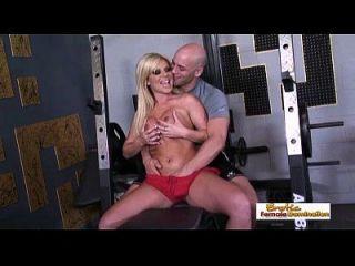 Busty Blonde recebe um orgasmo de seu grande instrutor de treino de dick