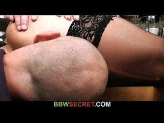 Bbw monta seu pênis enquanto sua esposa no quarto ao lado