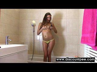 babe sexy se masturba na banheira e pisse