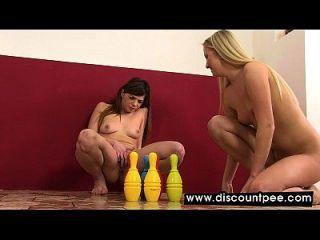 Lindas lésbicas mijas e brincam com seus coxins